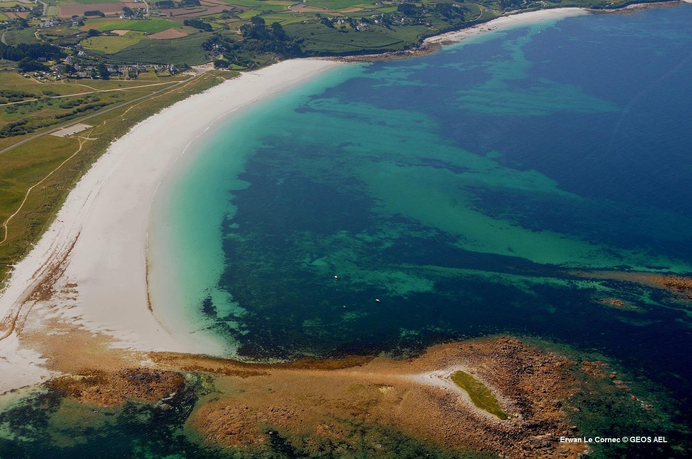 Vue du ciel des risques d'erosion marine à Guissény en Bretagne