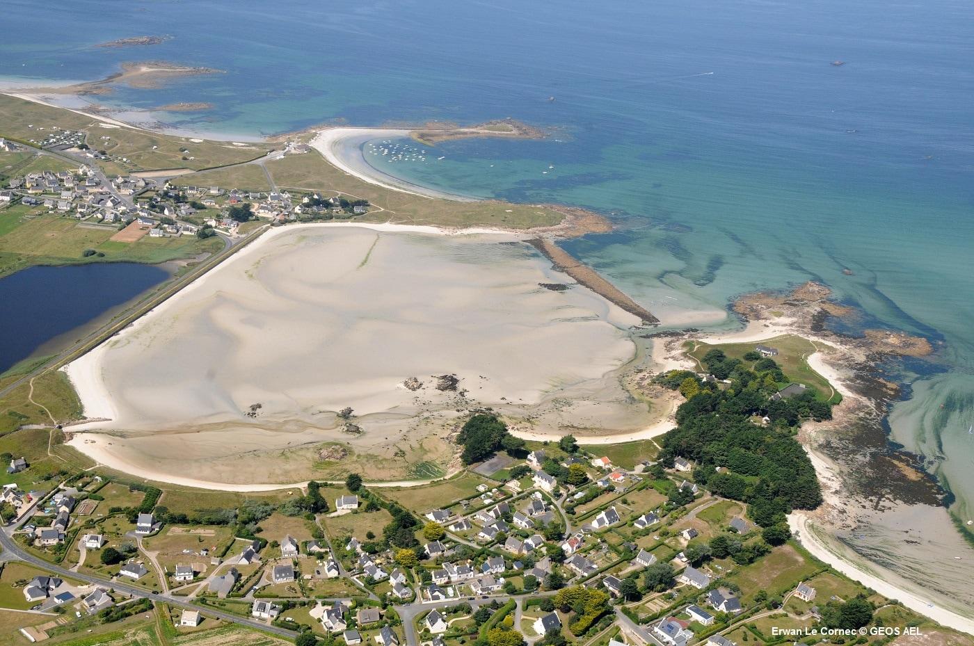 Vue de la plage et de l'érosion marine à Guissény