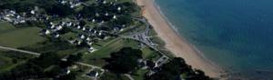 Côte bretonne avec maisons et gestion des risques côtiers