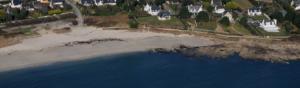 Plage bretonne avec sable maison et falaise