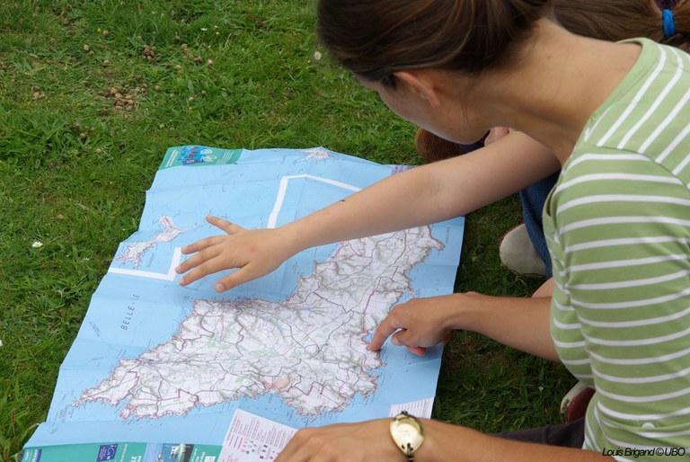 personnes montrant une carte de belle ile