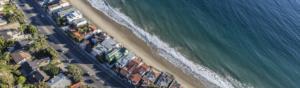 bord de mer avec habitations sur la plage rendant nécessaire l'évaluation économique des enjeux des risques cotiers