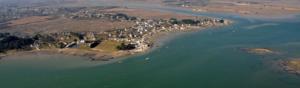 photographie aerienne representant la côte bretonne avec un village et des maisons