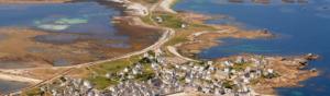 photographie aérienne d'un village avec des maisons et de la mer