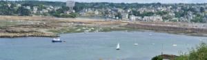 front de mer avec plages, villages et bateau sur la côte bretonne