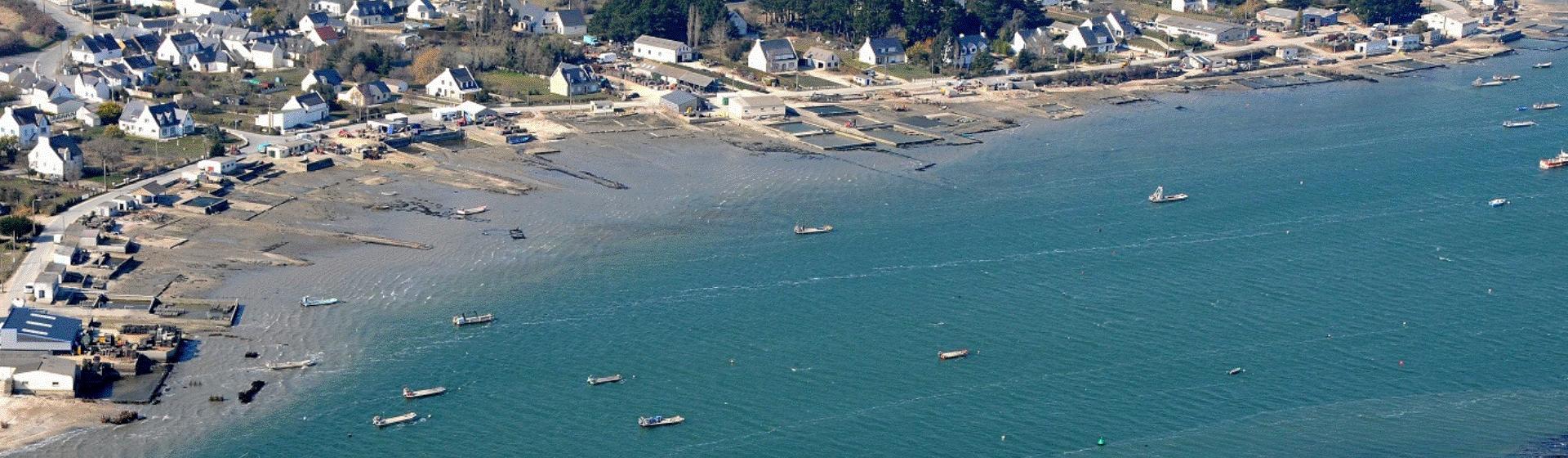 photographie aérienne d'un village en bord de mer avec des bateaux