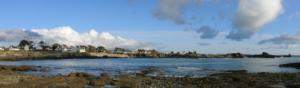 village et plage à marée basse