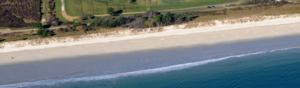 vue aerienne d'une plage en bretagne et plan de gestion des risques