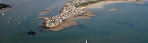 photographie aérienne pointe avec village en bretagne