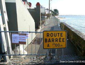 Panneau route barrée intervention force de l'ordre pour les risques cotiers