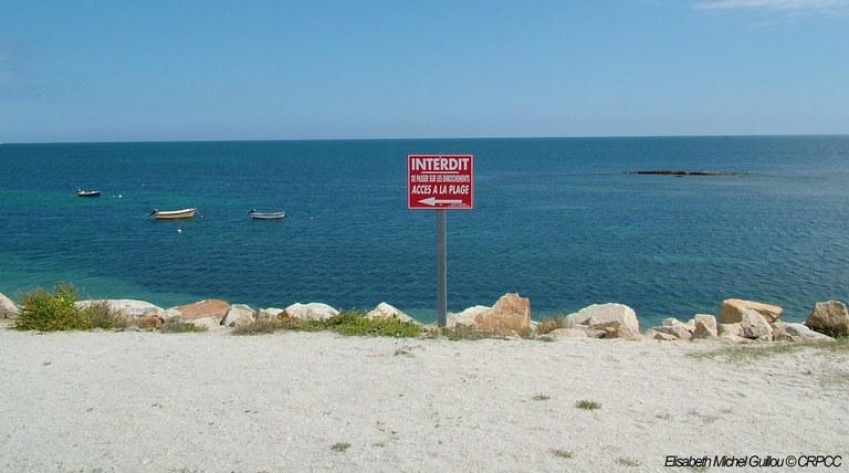 panneau rouge securité et prevention face au risques sur les côtes maritimes