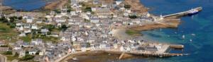 Photoraphie aérienne d'un village en bord de mer