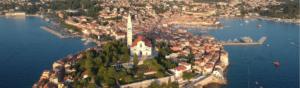 vue aérienne d'une village ancien enclavé et entouré par la mer et les risques côtiers