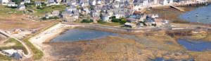 photo aérienne d'un village en bord de mer en bretagne et mer