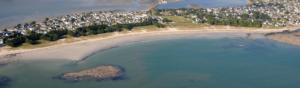 photographie aérienne d'un village en bord de mer en bretagne et d'une plage