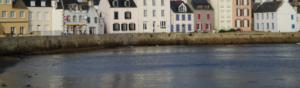 photographie de maison a etages en bord de mer