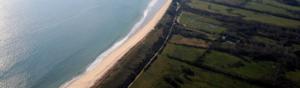 photographie aérienne de la cote bretonne avec la mer et des champs