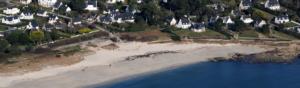 photographie aérienne de la côte bretonne avec des maisons en front de mer