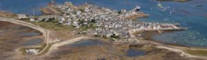 Vue aérienne d'un village en bord de mer en Bretagne
