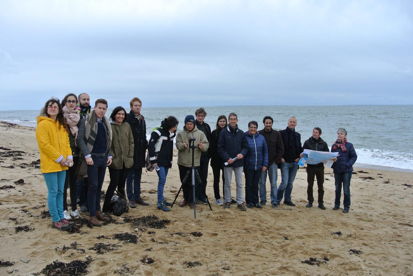 Séance de travail intersectoriel et interdisciplinaire sur la plage de Locmariaquer dans le cadre du projet Osirisc, 30/03/2018 (photo M. Philippe).