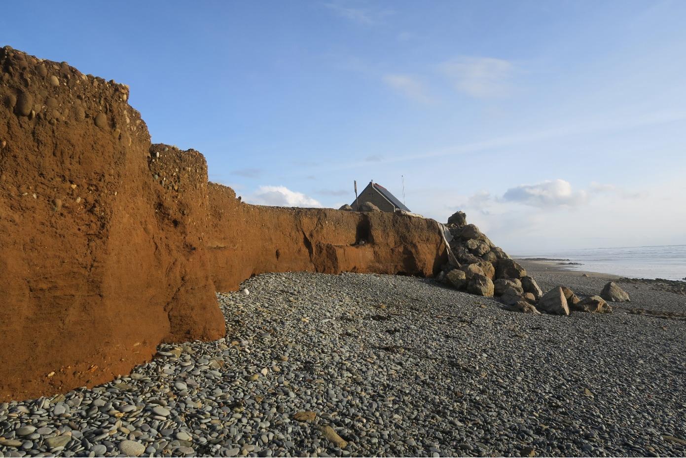 En baie d'Audierne, érosion exacerbée à l'extrémité d'une protection par enrochements de la ligne de rivage (18/02/2021)